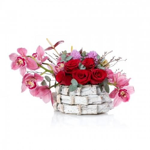 Aranjament floral in cos cu cymbidium si zambile