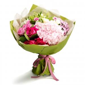 Buchet frezii albe si trandafiri roz