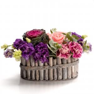 Aranjament floral in cos cu trandafiri si lisianthus mov