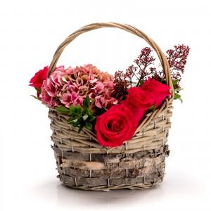 Aranjament floral in cos cu trandafiri si hortensie