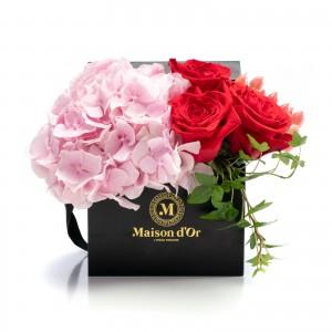 Cutie cu hortensie si trandafiri