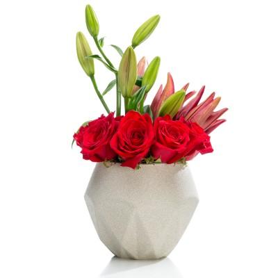 Aranjament floral business cu crini si trandafiri rosii