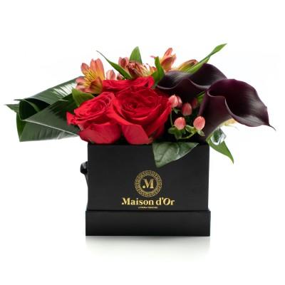 Cutie cu trandafiri rosii si alstroemeria