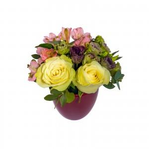 Aranjment floral trandafiri albi si alstroemeria roz