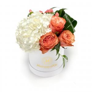 Cutie cu trandafiri si hortensie alba