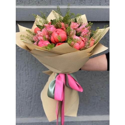 Buchet de flori cu bujori corai