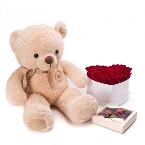 Cutie inima cu 23 trandafiri rosii, cutie cu 12 macarons si ursulet