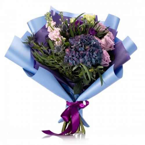 Buchet de flori cu hortensie mov, trandafiri si matthiola lila