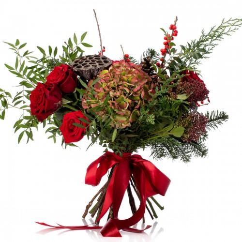 Buchet de flori cu hortensie, trandafiri rosii si ilex