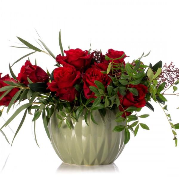 Aranjament floral in vas ceramic cu trandafiri rosii si skimmia