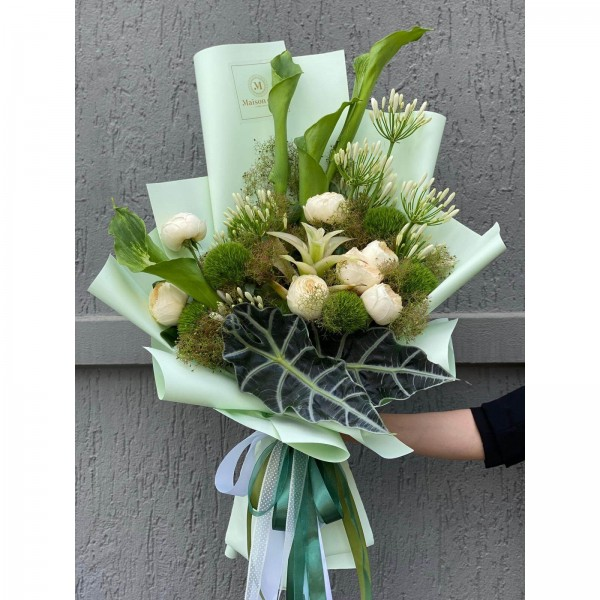 Buchet de flori cu calla, agapanthus, alocasia si trandafiri