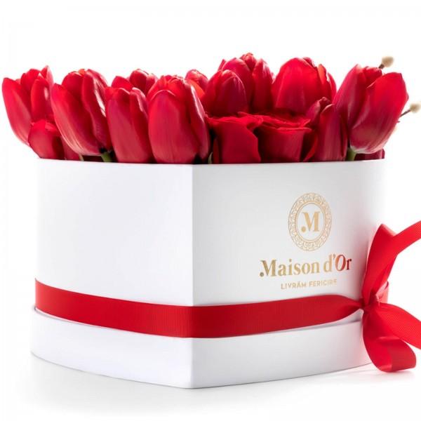 Cutie inima cu trandafiri si lalele rosii