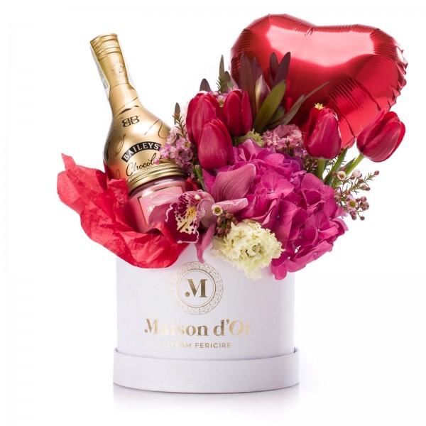 Cutie cu hortensie, lisianthus, lalele, lumanare parfumata, balon in forma de inima si Baileys Chocolat Luxe