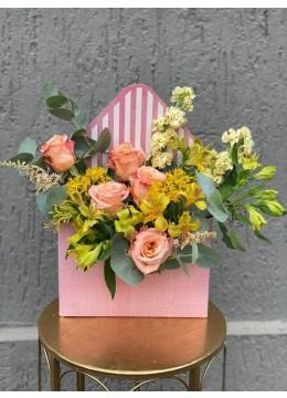 Aranjament Floral In Cutie Plic Cu trandafiri, alstroemeria si asclepias