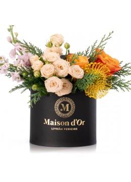 Cutie cu minirosa crem, protea si trandafiri portocalii - Colectia de Craciun
