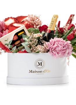 Cutie cu flori, lumanari parfumate, 15 macarons si Moet & Chandon Brut Imperial