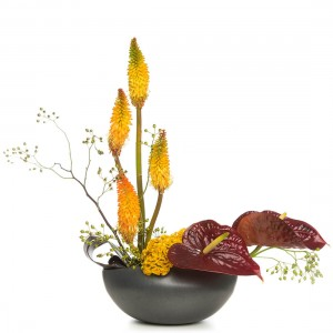 Aranjament floral cu macese si anthurium