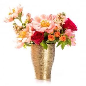 Aranjament floral cu bujori si minirosa Freju