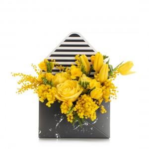 Aranjament floral in cutie plic cu trandafiri galbeni