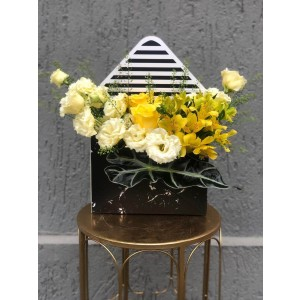 Aranjament Floral In Cutie Plic cu alstoremeria, lisianthus si trandafiri