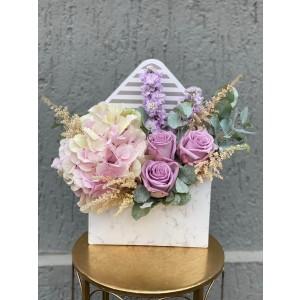 Aranjament floral in cutie plic cu hortensie, astilbe si trandafiri
