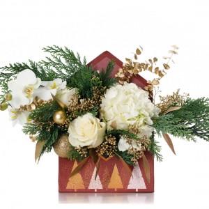 Aranjament floral in plic de Craciun cu trandafiri albi si globuri aurii
