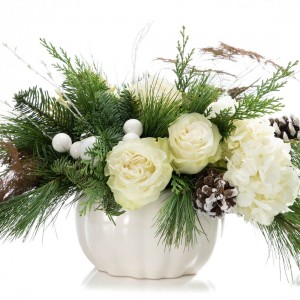 Aranjament floral cu trandafiri, conuri, brad si hortensie