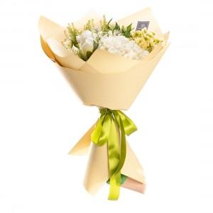 Buchet de flori cu bujori si hortensie