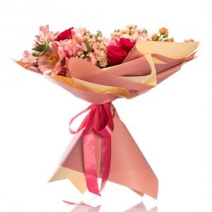 Buchet de flori cu bujori si trandafiri Coral Charm