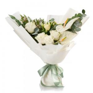 Buchet de flori cu trandafiri si anthurium alb