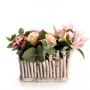Aranjament floral in cos cu trandafiri roz si hypericum