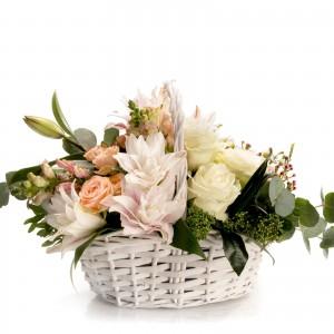 Aranjament floral in cos cu minirosa si waxflower