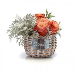 Aranjament floral in cos din trandafiri si lisianthus