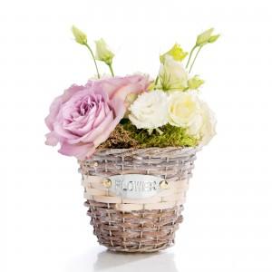 Aranjament floral in cos din trandafiri mov, lisianthus alb