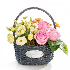 Aranjament floral in cos din trandafiri, lisianthus, crizantema