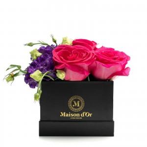 Cutie cu trandafiri ciclam si lisianthus mov
