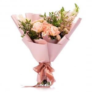 Buchet de flori cu minirosa roz, hortensie si trandafiri