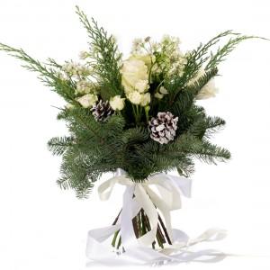 Buchet de flori cu trandafiri albi, minirosa si astrantia