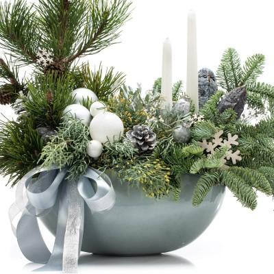 Aranjament floral cu brad, lumanari albe si elemente decorative