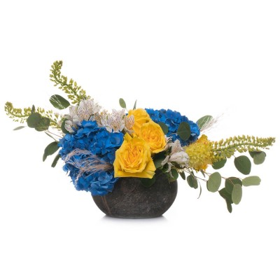Aranjament floral cu hortensii albastre si trandafiri galbeni