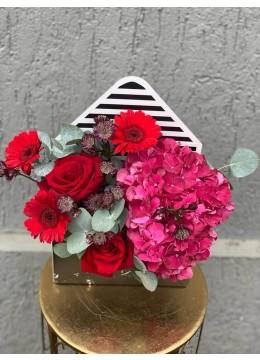 Aranjament Floral In Cutie Plic Cu Trandafiri Rosii, hortensie cyclam si germini