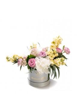 Cutie de flori cu bujori si matthiola Bella