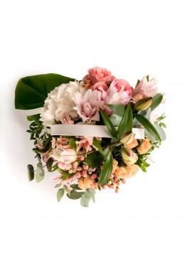 Aranjament floral in cos cu crin roz, minirosa si hortensie alba