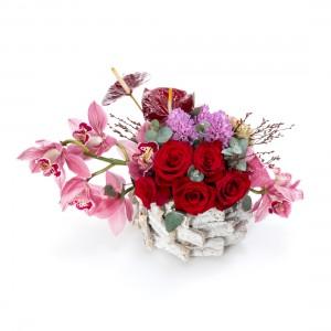 Aranjament floral in cos cu cymbidium roz si zambile