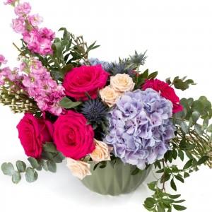 Aranjament floral cu hortensie si trandafiri