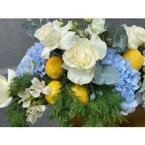 Aranjament floral cu hortensie, trandafiri albi si lamai