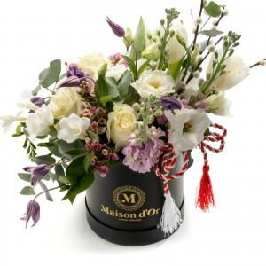 Cutie cu trandafiri si lalele albe martisor