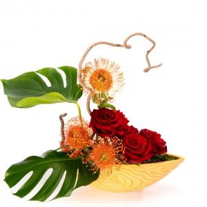 Aranjament floral cu trandafiri rosii si protea
