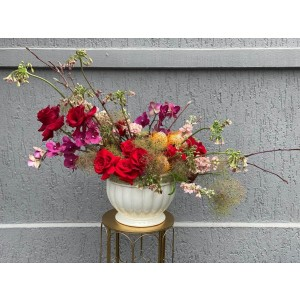 Aranjament floral cu trandafiri, allium, orhidee si matthiola