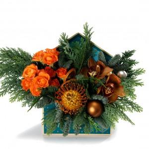 Aranjament floral in plic de Craciun cu cymbidium si minirosa